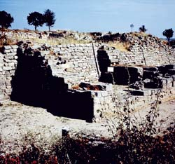 Десять археологических слоев Трои предстают взору словно ряды укреплений одного и того же города
