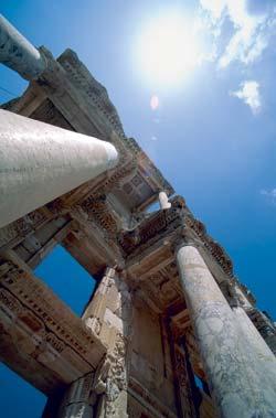Под стенами библиотеки Цельсия в Эфесе до сих пор сохранился саркофаг ее основателя
