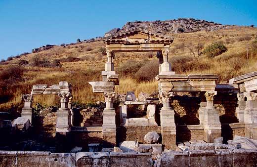 Эфес, один из крупнейших центров средиземноморской античности, имел несчастливую судьбу в отношении сохранности своих памятников
